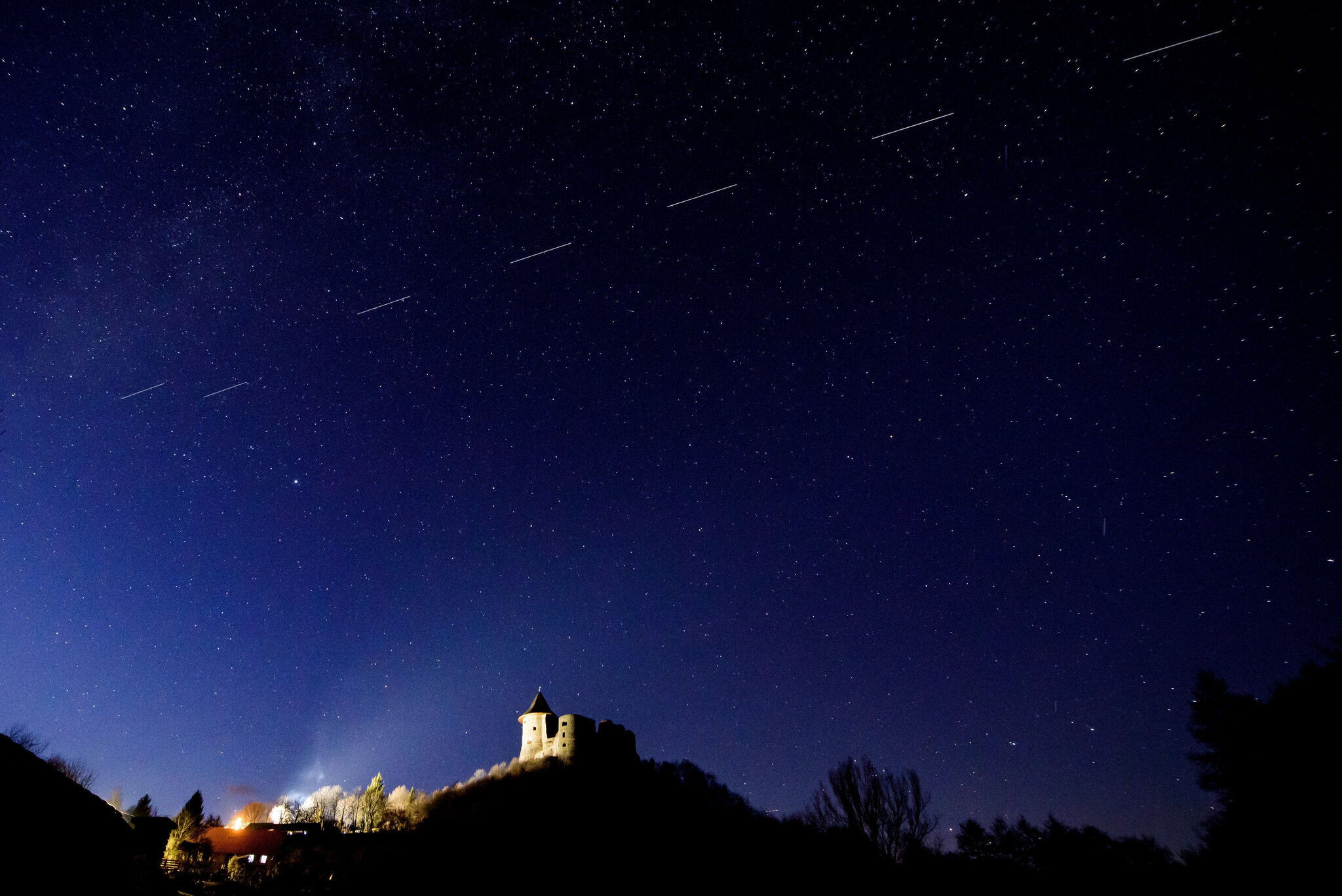 20200816.Amazon-Satellites-Add-to-Astronomers-Worries-About-the-Night-Sky-04.jpg